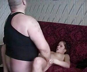 عمه فیلم داستانی سکسی جدید در لباس یک معلم در جوراب ساق بلند سیاه و سفید گسترش پاهای او را در مقابل یک دانش آموز و خروس خود را تشویق